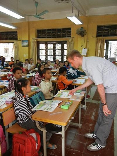 Frivillig underviser vietnamesiske skoleelever