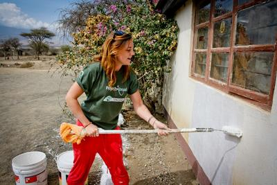 Frivillig på ungdomsprojekt maler skole i Tanzania
