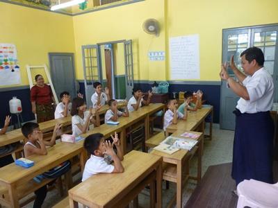 Elever i en skoleklasse i Myanmar
