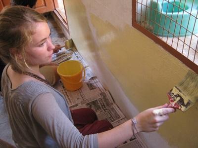 Frivillig maler skole i Indien