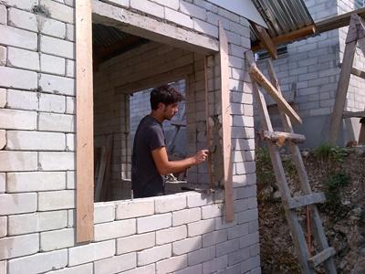 Frivillig arbejder på genopbygningsprojektet i Filippinerne