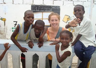 Senegalesiske børn og frivillig fra Projects Abroad
