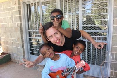 Frivillig fra Projects Abroad og etiopiske børn i Addis Ababa
