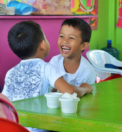Lokale drenge morer sig i Filippinerne