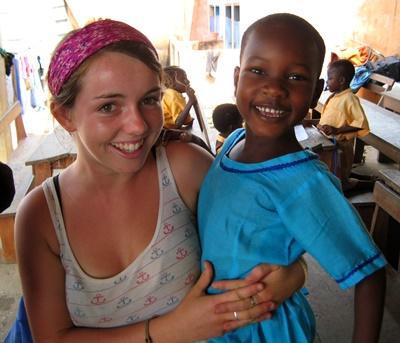 Barn og frivillig på ungdomsprojekt i Ghana