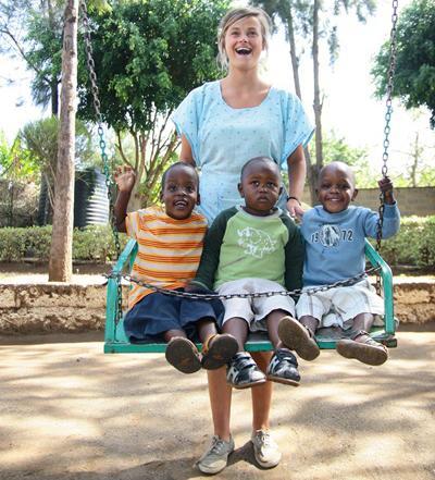 Ung frivillig og kenyanske børn har det sjovt