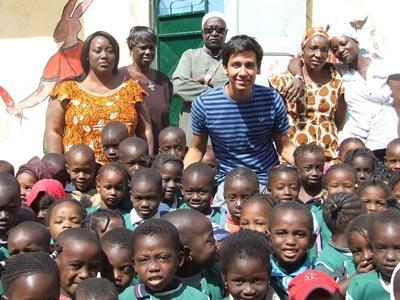 Frivillig sammen med børn og lærere fra børnehave i Senegal
