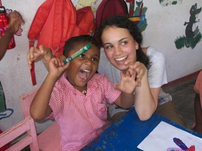 Frivillig og barn på humanitært projekt i Sri Lanka
