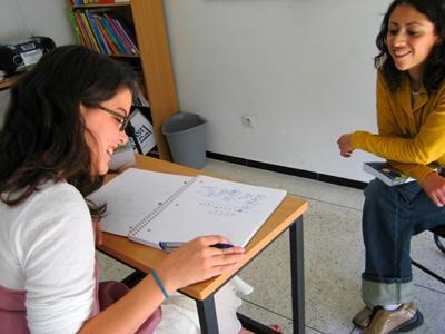 Frivillig bliver undervist i arabisk i Rabat