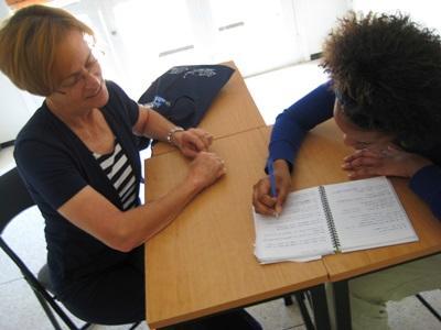 En lærer giver franskundervisning til frivillig i Rabat