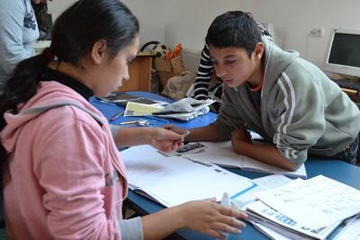 Unge lokale rumænere gennemlæser tekst på journalistprojekt i Brasov