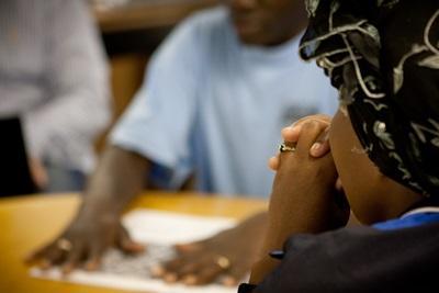 Klient og frivillige diskuterer rettigheder i Sydafrika