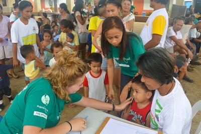 Frivillige på ungdomsprojekt i Filippinerne tilser lokal dreng