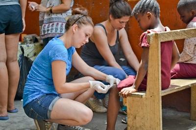 Ung frivillig behandler ghanesisk pige