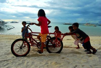 Børn fra ungdomsprojekt i Filippinerne leger med engelsk