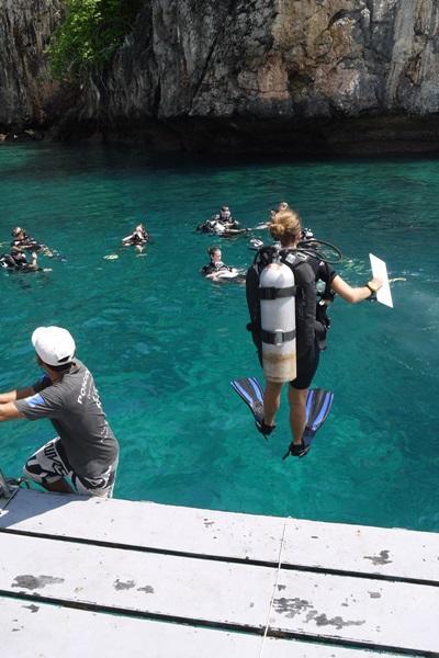 Frivillige dykker i Thailand