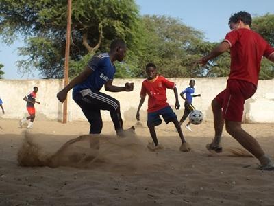 Frivillige og lokale til fodboldtræning i Ghana